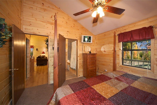 king bedroom with ensuite bath at raccoon's rest a 2 bedroom cabin rental located in pigeon forge