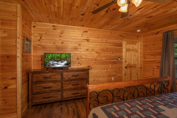 Dresser and TV in a bedroom at Time to Pause, a 2 bedroom cabin rental located in Pigeon Forge