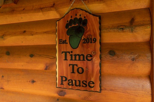 Custom welcome sign at Time to Pause, a 2 bedroom cabin rental located in Pigeon Forge
