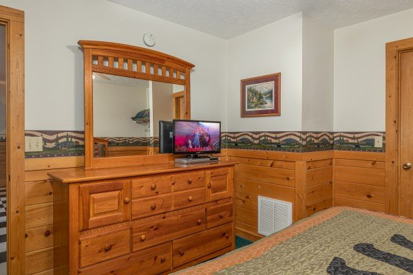 Dresser, mirror, and TV in a bedroom at Cub's Crossing, a 3 bedroom cabin rental located in Gatlinburg