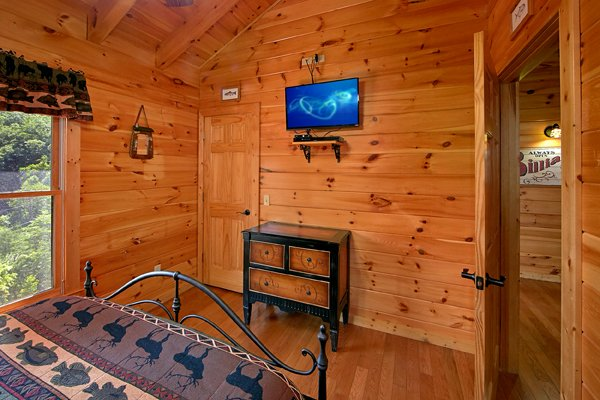 Dresser and TV in a bedroom at Mountain Wonderland, a 3 bedroom cabin rental located in Pigeon Forge