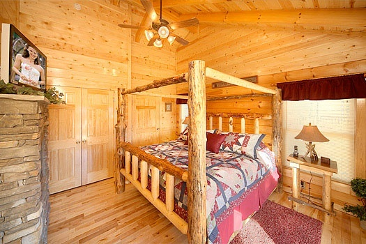king size tree trunk canopy bed at elk ridge lodge a 4 bedroom cabin rental located in gatlinburg