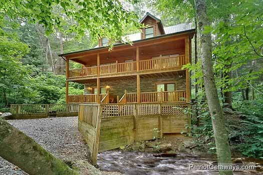 front view of a log cabin named bear creek a 4 bedroom rental located in pigeon forge