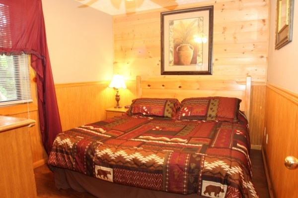 bedroom at just hanging out a 3 bedroom cabin rental located in pigeon forge