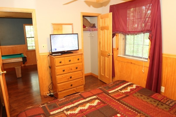 bedroom with tv at just hanging out a 3 bedroom cabin rental located in pigeon forge