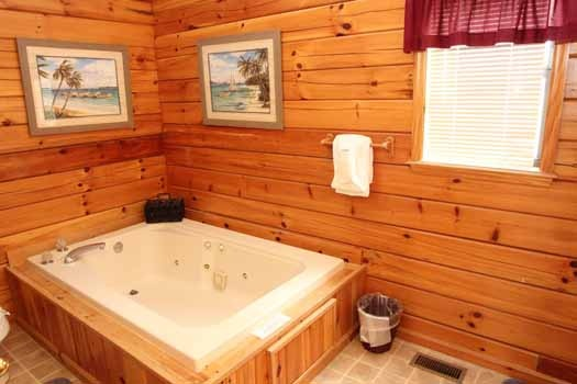jacuzzi tub at just hanging out a 3 bedroom cabin rental located in pigeon forge