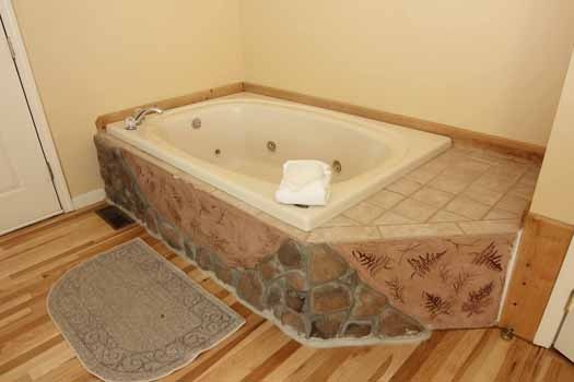 jacuzzi tub at knotty & nice a 1 bedroom cabin rental located in gatlinburg