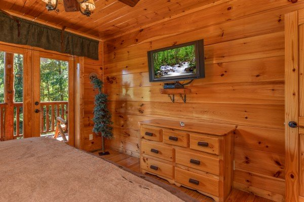 Dresser and TV in a bedroom at The Great Outdoors, a 3 bedroom cabin rental located in Pigeon Forge