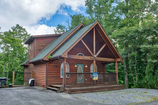 Exterior view and parking at Eastern Retreat, a 1-bedroom cabin rental located in Gatlinburg