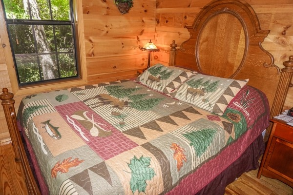 queen sized bed in bedroom at seclusion a 1 bedroom cabin rental located in gatlinburg