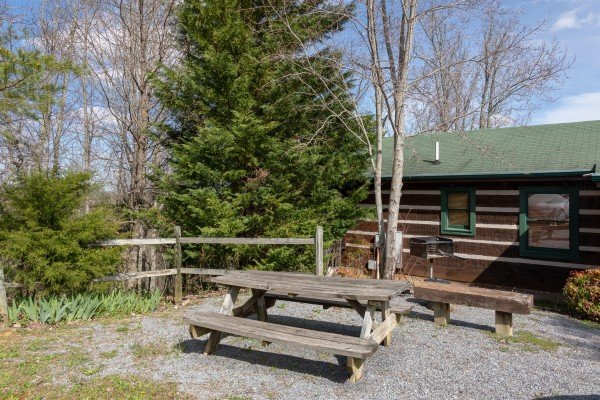 Picnic table in the yard at Blue Mountain Views, a 1 bedroom cabin rental located in  Pigeon Forge