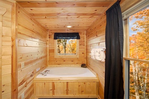 jacuzzi tub in bedroom at bullwinkle's place a 1 bedroom cabin rental located in gatlinburg