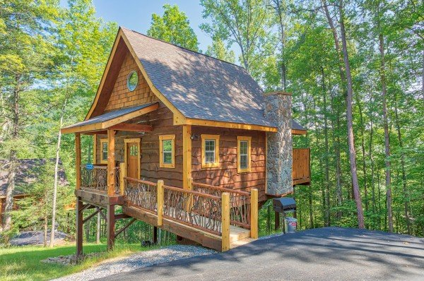 Parking area and access ramp at Pigeon Forge Treehouse, a 1 bedroom cabin rental located in Pigeon Forge