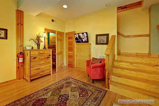 bedroom seating area at tranquil view a 1 bedroom cabin rental located in gatlinburg