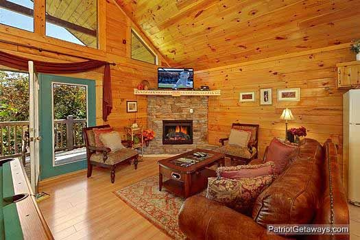 lliving room with fireplace at tranquil view a 1 bedroom cabin rental located in gatlinburg