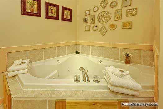 master bath jacuzzi tub at tranquil view a 1 bedroom cabin rental located in gatlinburg