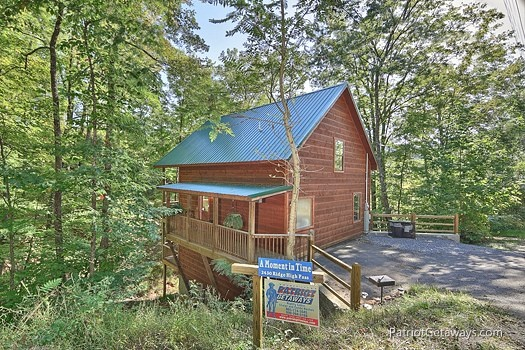 parking area view of a moment in time a 2 bedroom cabin rental located in gatlinburg