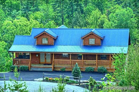 exterior front view at winter wonderland a 3 bedroom cabin rental located in pigeon forge