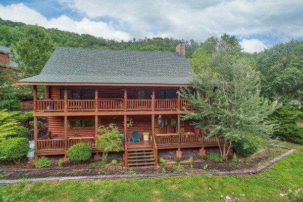 Exterior and landscaping at Creekside Lodge, a 6-bedroom cabin rental located in Pigeon Forge