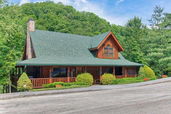 Wide, easy to drive paved roads at Creekside Lodge, a 6-bedroom cabin rental located in Pigeon Forge