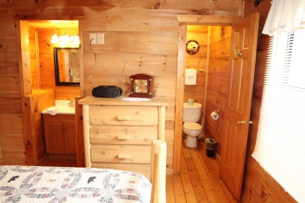En suite bath in the queen loft bedroom at Gnarled Oak, a 2-bedroom cabin rental located in Gatlinburg