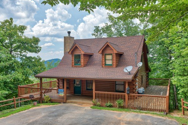 Parking area and entryway at Cabin in the Clouds, a 3-bedroom cabin rental located in Pigeon Forge