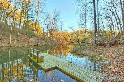 River dock with bench at Fishin' Hole, a 1-bedroom cabin rental located in Gatlinburg
