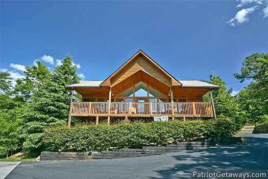 exterior front view at ridge view a 1 bedroom cabin rental located in pigeon forge