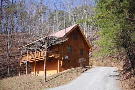 driveway and log cabin named bear tracks a 2 bedroom cabin rental located in pigeon forge