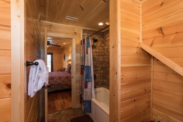 En suite bath for the second floor bedrooms at Gonzo's Outpost, a 3-bedroom cabin rental located in Pigeon Forge