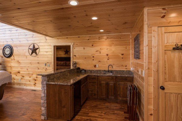 Wet bar on the main floor at Gonzo's Outpost, a 3-bedroom cabin rental located in Pigeon Forge