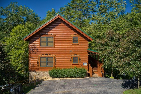 Exterior and parking at Bearfoot Paradise, a 3-bedroom cabin rental located in Pigeon Forge