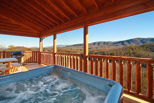 hot tub at horse'n around a 3 bedroom cabin rental located in pigeon forge