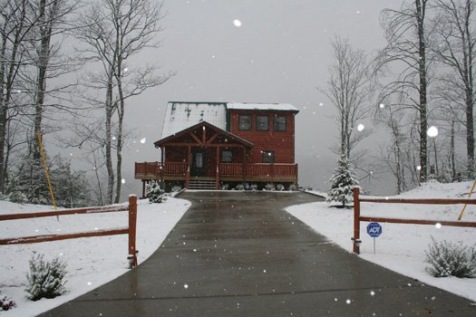 snow covers horse'n around a 3 bedroom cabin rental located in pigeon forge