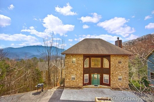 front exterior view at second glance a 3 bedroom cabin rental located in gatlinburg