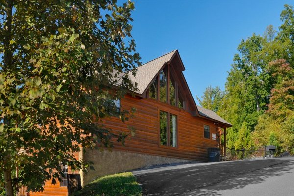 Parking and exterior at Kick Back & Relax! A 4 bedroom cabin rental located in Pigeon Forge