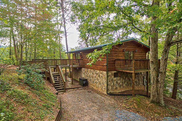 Parking area and entrance deck of Bird's Eye View, a 2-bedroom cabin rental located in Gatlinburg