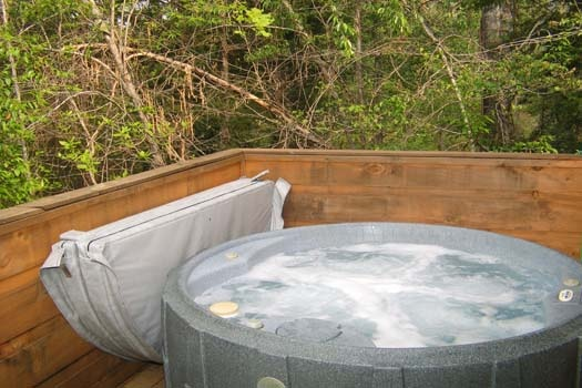hot tub on deck at lazy rooster a 2 bedroom cabin rental located in gatlinburg