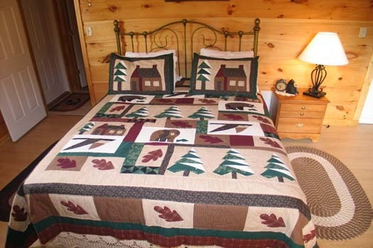 bedroom with queen sized bed at lazy rooster a 2 bedroom cabin rental located in gatlinburg