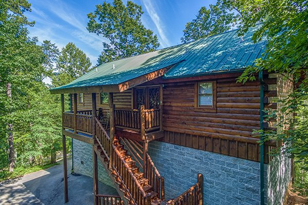 exterior view with parking at animal kingdom a 4 bedroom cabin rental located in gatlinburg