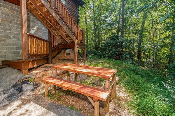 picnic table in the yard at animal kingdom a 4 bedroom cabin rental located in gatlinburg
