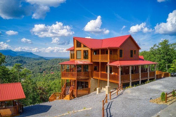 Exterior view of the cabin, parking area, and picnic area at Four Seasons Palace, a 5-bedroom cabin rental located in Pigeon Forge