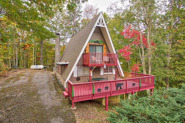 A frame cabin called 2 The Mountains, a 3 bedroom cabin rental located in Gatlinburg
