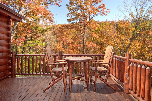 patio table and chairs on deck at looky yonder a 2 bedroom cabin rental located in gatlinburg