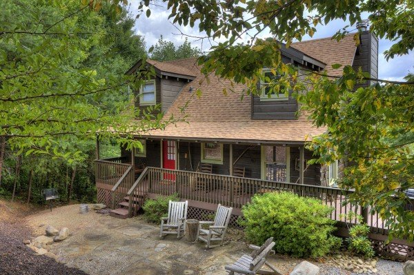 Front exterior and rocking chairs at Wonders in the Sky, a 3 bedroom cabin rental located in Gatlinburg