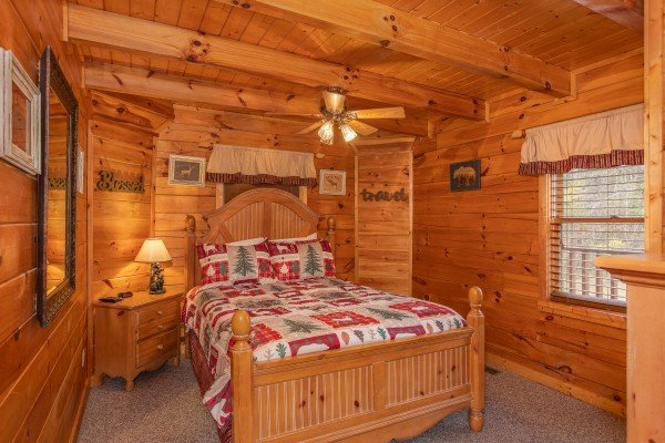 Bedroom with a queen-sized bed at Hibernation Station, a 3-bedroom cabin rental located in Pigeon Forge