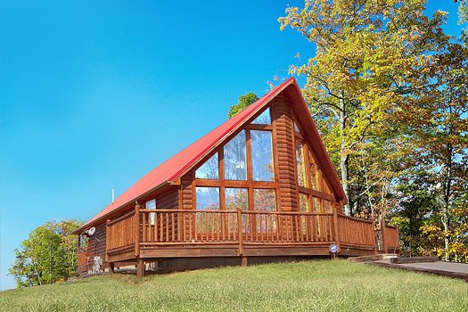 Side view of a cabin named Can't Bear to Leave, a 1-bedroom cabin rental located in Gatlinburg