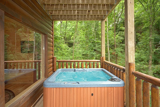 hot tub on the deck at big bear cub house a 1 bedroom cabin rental located in gatlinburg
