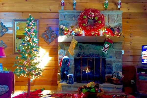 chirstmas decorations in living room at pigeon forge pleasures a 3 bedroom cabin rental located in pigeon forge