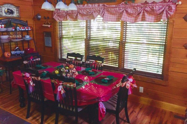 christmas decorations in the dining room at pigeon forge pleasures a 3 bedroom cabin rental located in pigeon forge